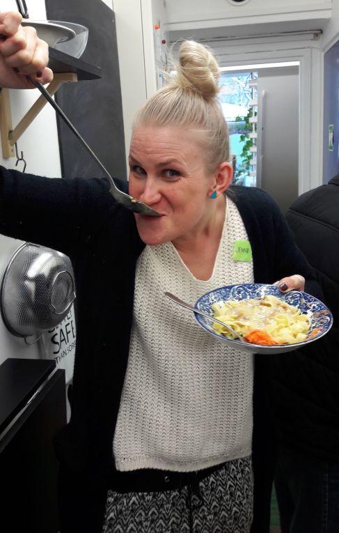Jenni maistaa ruokaa 13.12.17